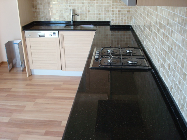 Siyah mutfak tezgahları