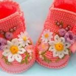 Çiçekli şık örgü bebek patik modelleri
