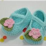 Çiçekli mavi örgü kız bebek parik modelleri